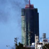 黒煙を上げる博多ポートタワー=福岡市博多区で2020年2月14日午後3時6分、須賀川理撮影