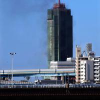 黒煙を上げる博多ポートタワー=福岡市博多区で2020年2月14日午後3時11分、須賀川理撮影