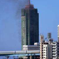 黒煙を上げる博多ポートタワー=福岡市博多区で2020年2月14日午後3時9分、須賀川理撮影