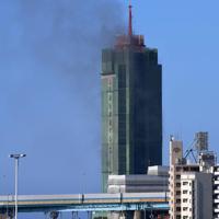 黒煙を上げる博多ポートタワー=福岡市博多区で2020年2月14日午後3時10分、須賀川理撮影
