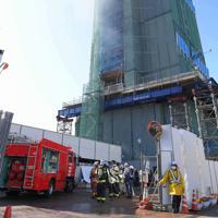 消防隊が消火活動をする博多ポートタワー=福岡市博多区で2020年2月14日午後3時17分、津村豊和撮影