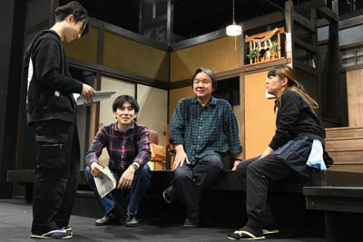 演出家の栗山民也さん(右から2人目)=東京都墨田区で、根岸基弘撮影