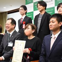 記念写真に納まる高野ユタさん(手前右から2人目)ら=松山市役所で2020年2月14日、中川祐一撮影