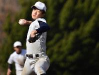 投球する加藤学園の肥沼竣=静岡県沼津市で、宮間俊樹撮影