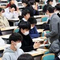 入学試験に臨む受験生たち=大阪府吹田市の関西大で2020年2月1日