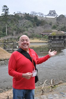 Lee Andrus enjoys showing tourists around Genkyu-en Garden, which faces the keep of Hikone Castle. (Mainichi/Yuko Murase)