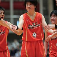 宮城県高校総体決勝で、シュートを決めた明成の小林杏奈さん(中央)。主将として全国大会出場を目指すチームを牽引した=宮城県白石市で2019年6月、和田大典撮影