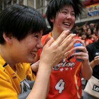 宮城県女川町で生まれ育った幼なじみの(左から)浜田静里奈さんと小林杏奈主将の2人は小学校3年の時にバスケットボールを始めた。その半年後に東日本大震災で被災し、津波に家を流されたが、避難生活をしながら女川でバスケットを続け、共に強豪の明成高校に進んだ=宮城県白石市で2019年6月、和田大典撮影