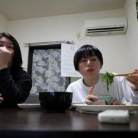 練習から帰宅し、母亮子さん(左)が作った夕食を食べる浜田静里奈さん(右)=仙台市青葉区で2019年12月、和田大典撮影
