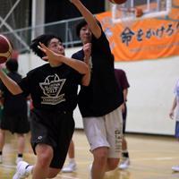 練習に励む(左から)浜田静里奈さんと小林杏奈主将=仙台市青葉区の明成高校で2019年11月、和田大典撮影