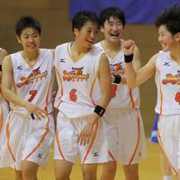 ウインターカップ出場を決め、喜ぶ小林杏奈主将(右)ら明成の選手たち=宮城県登米市で2019年10月、和田大典撮影