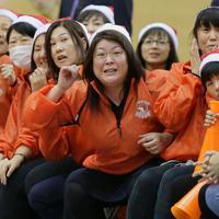 ウインターカップ初戦、応援席で試合を見つめる浜田静里奈さんの母亮子さん。亮子さんも小、中学時代は女川でバスケットに夢中だった。「みんなで一緒に選手たちの成長を見るのが楽しみ」=東京都八王子市で2019年12月、和田大典撮影