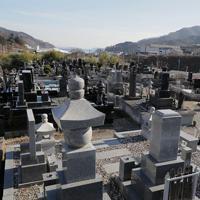 東日本震災の津波で亡くなった家族の月命日、墓参りをする浜田亮子さん=宮城県女川町で2019年12月、和田大典撮影