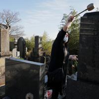 東日本震災の津波で亡くなった家族の墓参りをする浜田亮子さん。「気持ちに整理をつけようと思っても、一生無理」=宮城県女川町で2019年12月、和田大典撮影