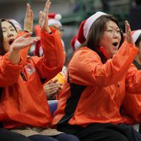 シュートが決まり喜ぶ浜田亮子さん(右)ら明成の保護者たち=東京都八王子市で2019年12月、和田大典撮影