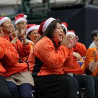 隣のコートまで響くほどの浜田亮子さん(中央)の声援に、笑いをこらえられなくなる明成の保護者たち=東京都八王子市で2019年12月、和田大典撮影