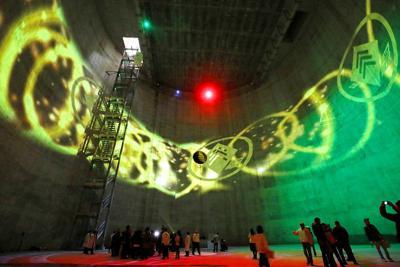 「讃良立坑」の壁を使って行われたプロジェクションマッピング=大阪府寝屋川市で、幾島健太郎撮影