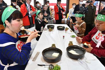 黙々と湯豆腐を食べる参加者ら。左手前は14丁を食べ優勝した山本梨恵さん=京都市東山区で2020年2月15日午後2時3分、川平愛撮影