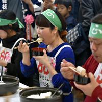 14丁の湯豆腐を食べて優勝した山本梨恵さん(中央)=京都市東山区で2020年2月15日午後1時39分、川平愛撮影