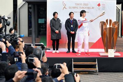 出発式で東京五輪の聖火リレーのリハーサルをする関係者ら=東京都羽村市で2020年2月15日午前10時39分、宮間俊樹撮影
