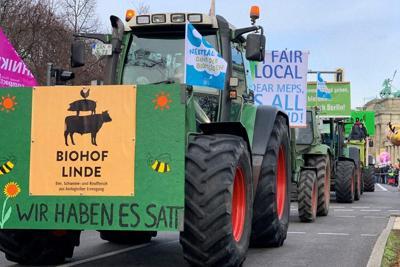 デモ行進をする農家のトラクター=ドイツで、念佛明奈撮影