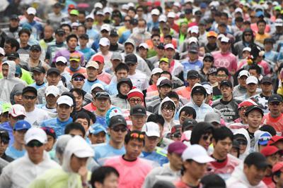 ゴールを目指して走り出すランナーたち=北九州市小倉北区で2020年2月16日午前9時3分、上入来尚撮影