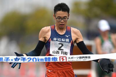 男子20キロ競歩、1位でフィニッシュする山西利和=神戸・六甲アイランド甲南大学西側コースで2020年2月16日、久保玲撮影