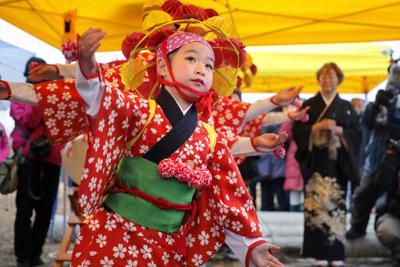 「安波祭」で奉納された「請戸の田植踊」=福島県浪江町請戸地区で2020年2月16日、和田大典撮影