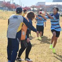 タックルを受けた後にパスを出す練習をする郡上ブルーズの選手たち=岐阜県郡上市大和町徳永で