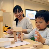 「コロコロ鹿」を楽しそうに共同制作する親子=奈良市上三条町の「ナラニクル」で、姜弘修撮影