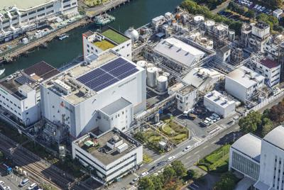 今も横浜市の運河沿いにある太陽油脂の全景=2015年撮影、同社提供