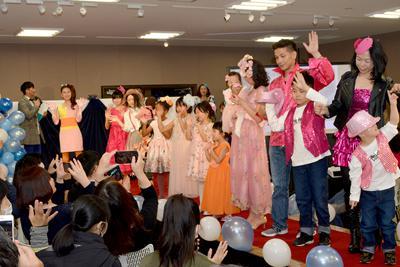 声援に手を振って応えるファッションショーの出演者ら=高松市常磐町の瓦町フラッグで2020年2月16日、金志尚撮影