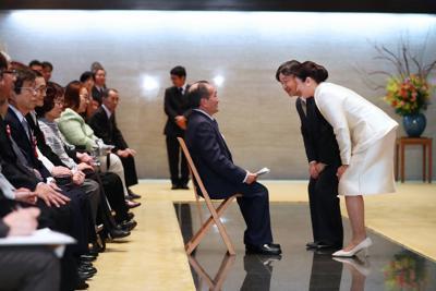 「第69回障害者自立更生等厚生労働大臣表彰」を受けた障害者、自立更生者たちに話しかけられる天皇、皇后両陛下=皇居・宮殿で2020年2月17日午後3時4分(代表撮影)
