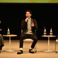 「スカーレット」のトークショーに登場した松下洸平さん(中央)ら=滋賀県甲賀市水口町水口のあいこうか市民ホールで2019年12月14日午前11時35分、成松秋穂撮影