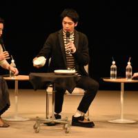 「スカーレット」のトークショーで、自らが制作した信楽焼の作品について説明する松下洸平さん(中央)ら=滋賀県甲賀市水口町水口のあいこうか市民ホールで2019年12月14日午前11時57分、成松秋穂撮影