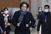 South Korean director Bong Joon-ho arrives at the Incheon International Airport in Incheon, South Korea, on Feb. 16, 2020. (AP Photo/Ahn Young-joon)