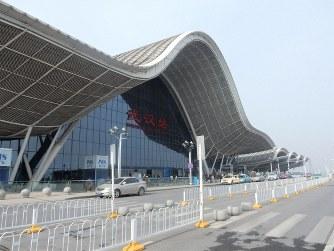 高速鉄道が数分おきに出入りする武漢駅は中国でも有数の巨大ターミナルだ=中国・武漢市内で2016年12月7日、赤間清広撮影