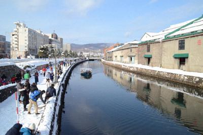 観光客でにぎわう小樽運河。小作争議があった当時の運河は左側に2倍の幅があり、倉庫が建ち並んでいた=北海道小樽市で