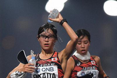 女子20キロ競歩で、給水しながらコースを周回する岡田(手前)=カタール・ドーハで2019年9月、久保玲撮影