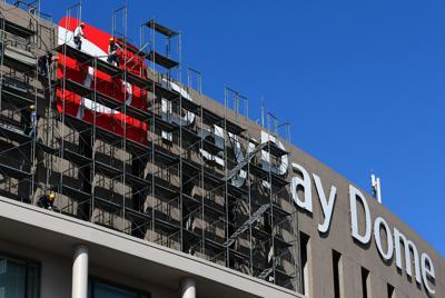 張り替え作業用の足場解体が始まり、見えるようになったペイペイドームの看板=福岡市中央区で2020年2月18日午後2時5分、須賀川理撮影