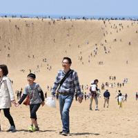 昨年、多くの観光客でにぎわった鳥取砂丘=鳥取市で2019年5月2日、野原寛史撮影