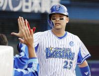 本塁打を放ちベンチで祝福される筒香=横浜スタジアムで2019年10月6日、尾籠章裕撮影