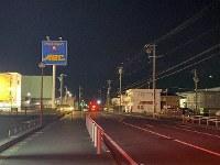 The area near the scene of the attack, which was blocked off, is seen in Kikugawa, Shizuoka Prefecture, shortly after 3:30 a.m. on Feb. 18, 2020. (Mainichi/Yukina Furukawa)