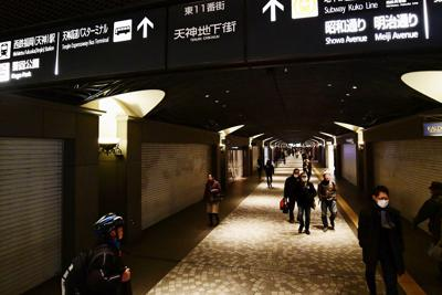 開業以来初の正月以外の休業日で、店舗のシャッターが下りた天神地下街=福岡市中央区で2020年2月18日午後2時35分、須賀川理撮影