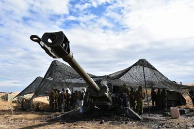 実弾射撃訓練で使用されている155ミリりゅう弾砲=大分県の日出生台演習場で、辻本知大撮影