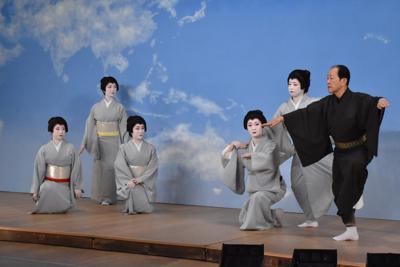 パンフレット用の写真撮影に臨む出演者ら。柔道などのスポーツの形を踊りに取り入れた=京都市東山区の宮川町歌舞練場で2020年2月19日、菅沼舞撮影