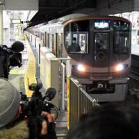 公開された自動運転の試験運転車両=JR大阪駅で2020年2月18日、山田尚弘撮影