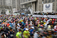Runners at the 2019 Tokyo Marathon are seen setting off outside the Tokyo Metropolitan Government Building in the capital's Shinjuku Ward on March 3, 2019. (Pool photo)