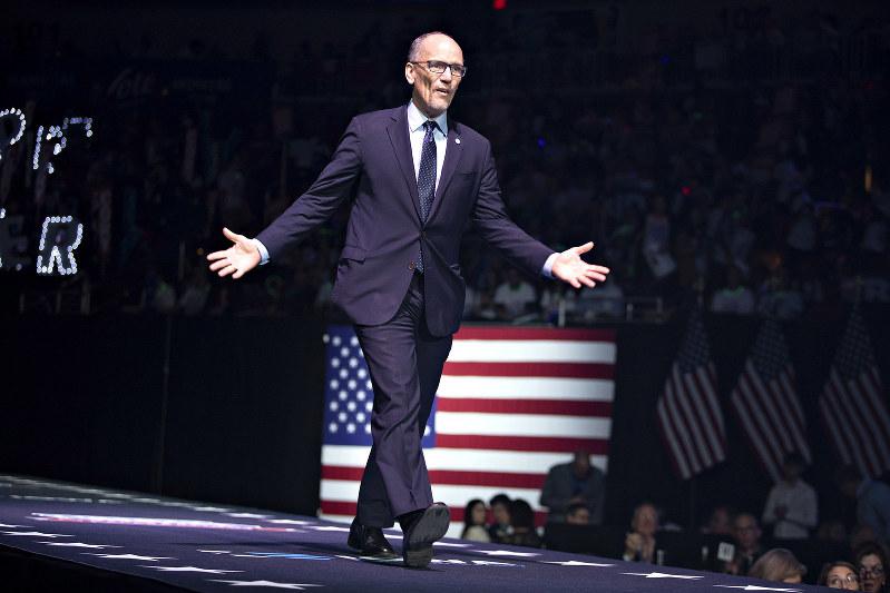 ぺレス氏は、クリントン氏の側近を党大会運営委幹部に任命したことも、左派から批判された(Bloomberg)