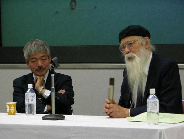 中村哲医師(左)からアフガニスタン支援の苦労を聞き感銘を受けた(2006年11月、同志社大学)